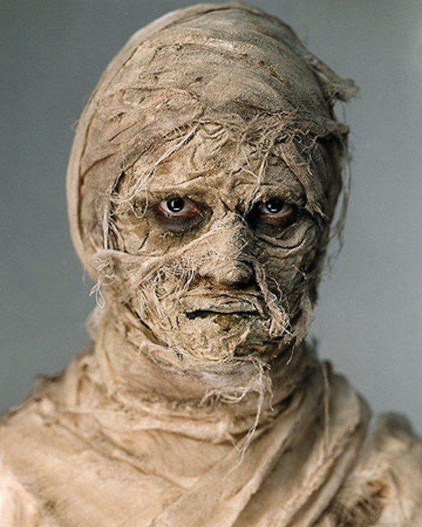 maquillage d`Halloween avec un bandage pour un effet effrayant au maximum