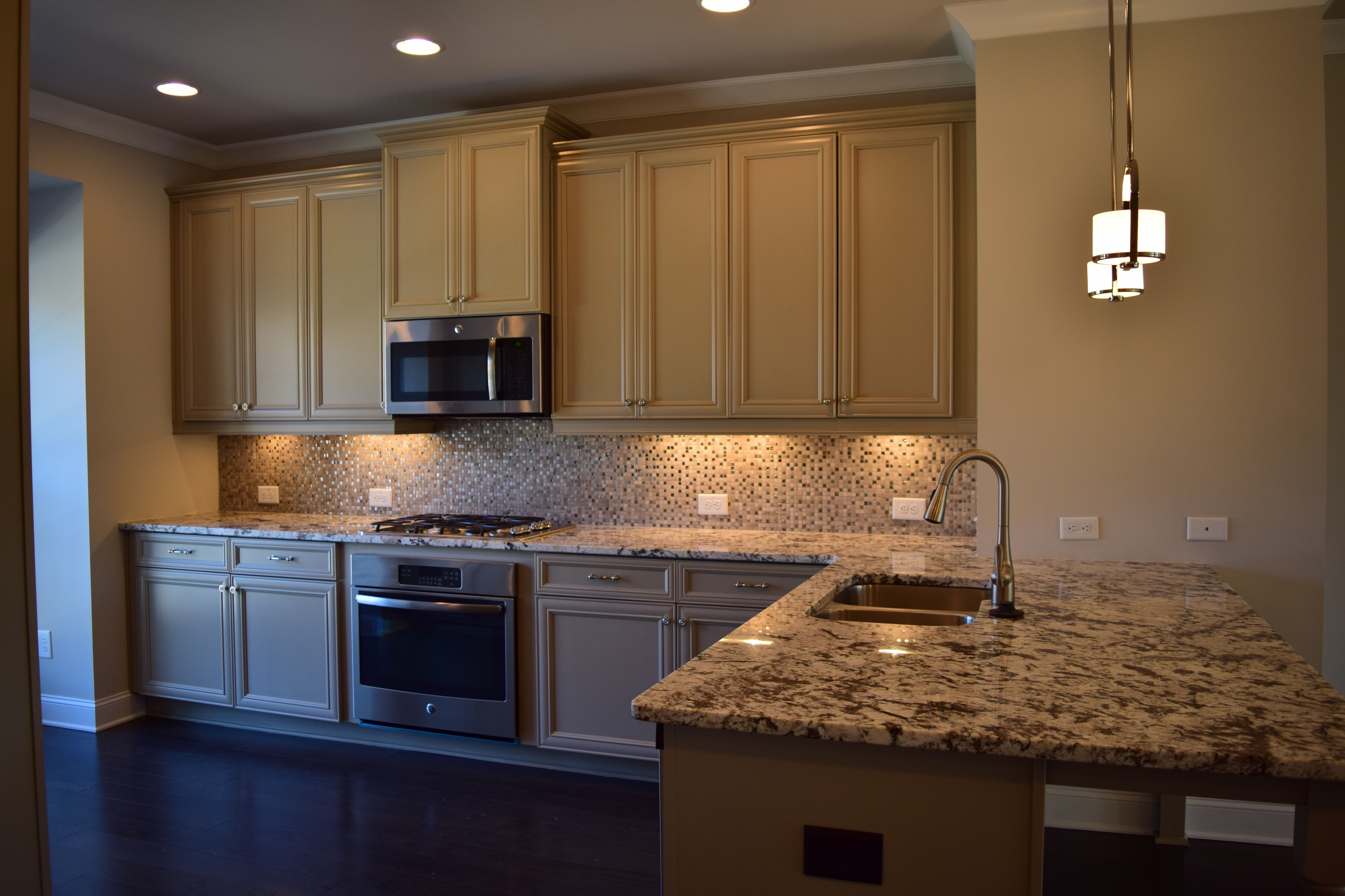 This Freemont Kitchen Showcases Granite Counters In White Orion And D Kitchen Cabinets And Backsplash Granite Countertops Kitchen Kitchen Cabinets And Granite