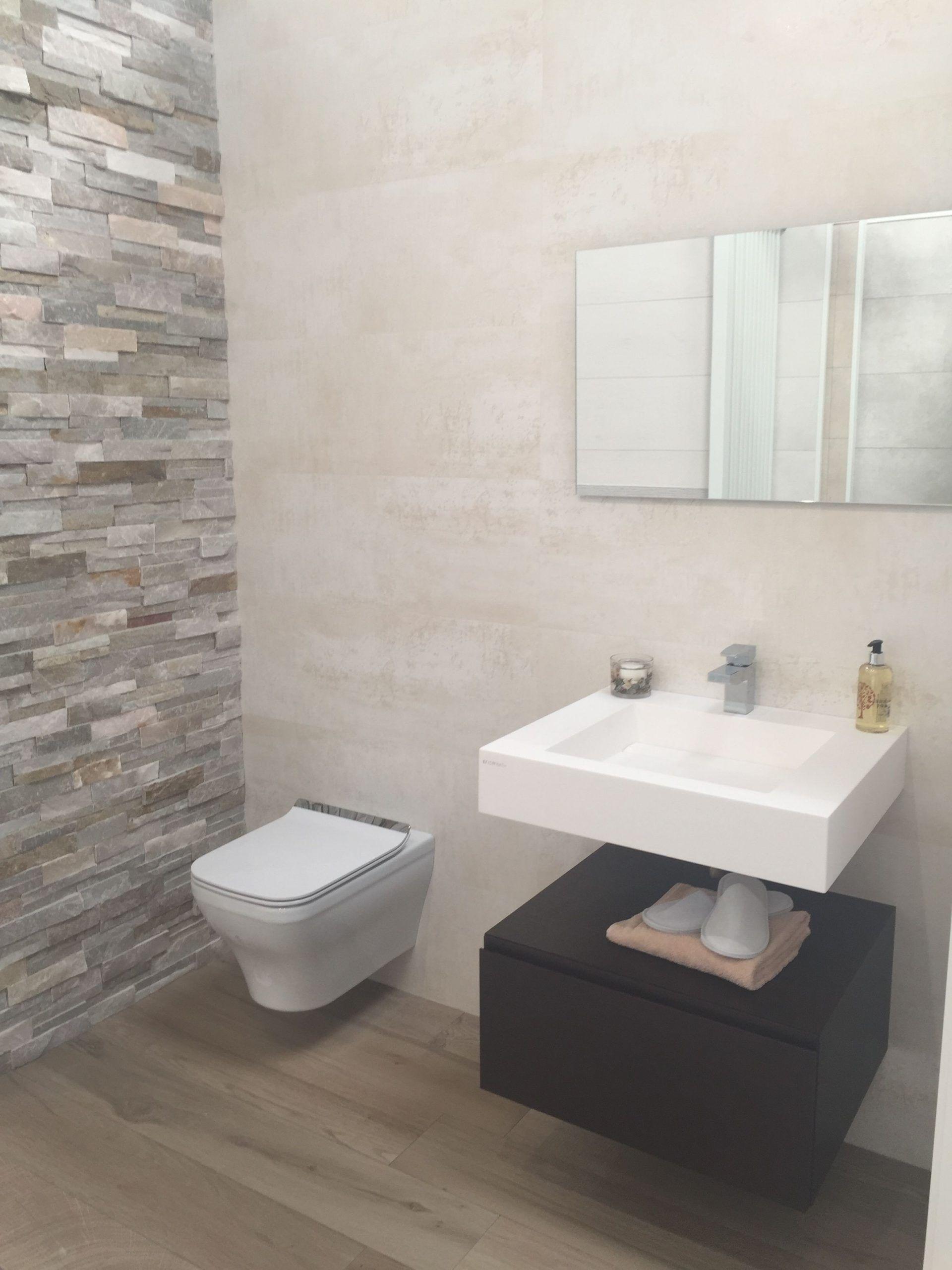 Split Face Slate Stone Tile Feature Wall And Bathroom Tiles By Porcelanosa Ne Bathroom Face Fea In 2020 Bathroom Wall Tile Neutral Bathroom Decor Tile Bathroom