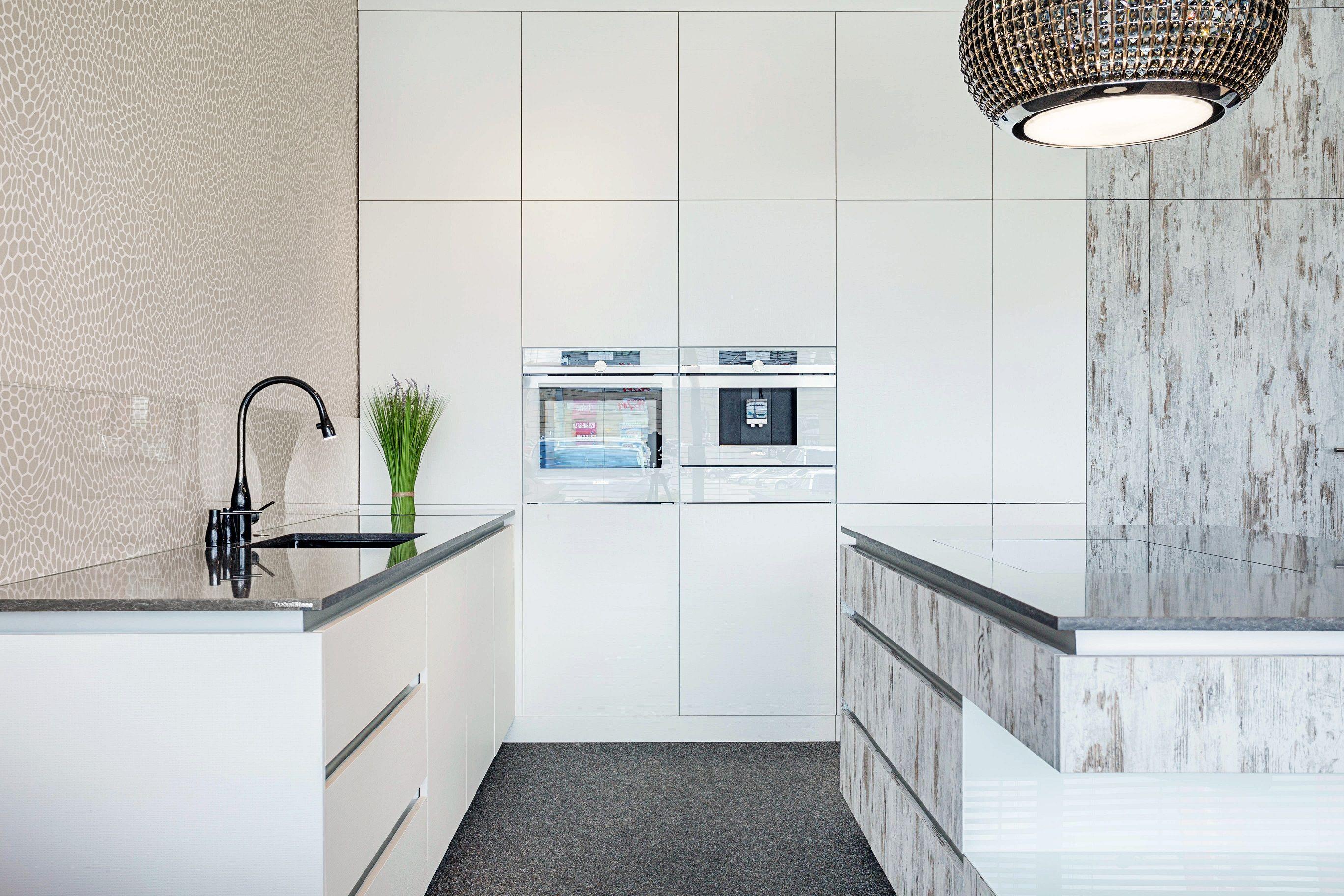 Gladka Jasna Zabudowa Do Sufitu Sprawia Ze Nawet Niewielka Kuchnia Jest Bardzo Pojemna Rownoczesnie Wyglada Bardzo Reprezen Home Decor Home Kitchen Cabinets