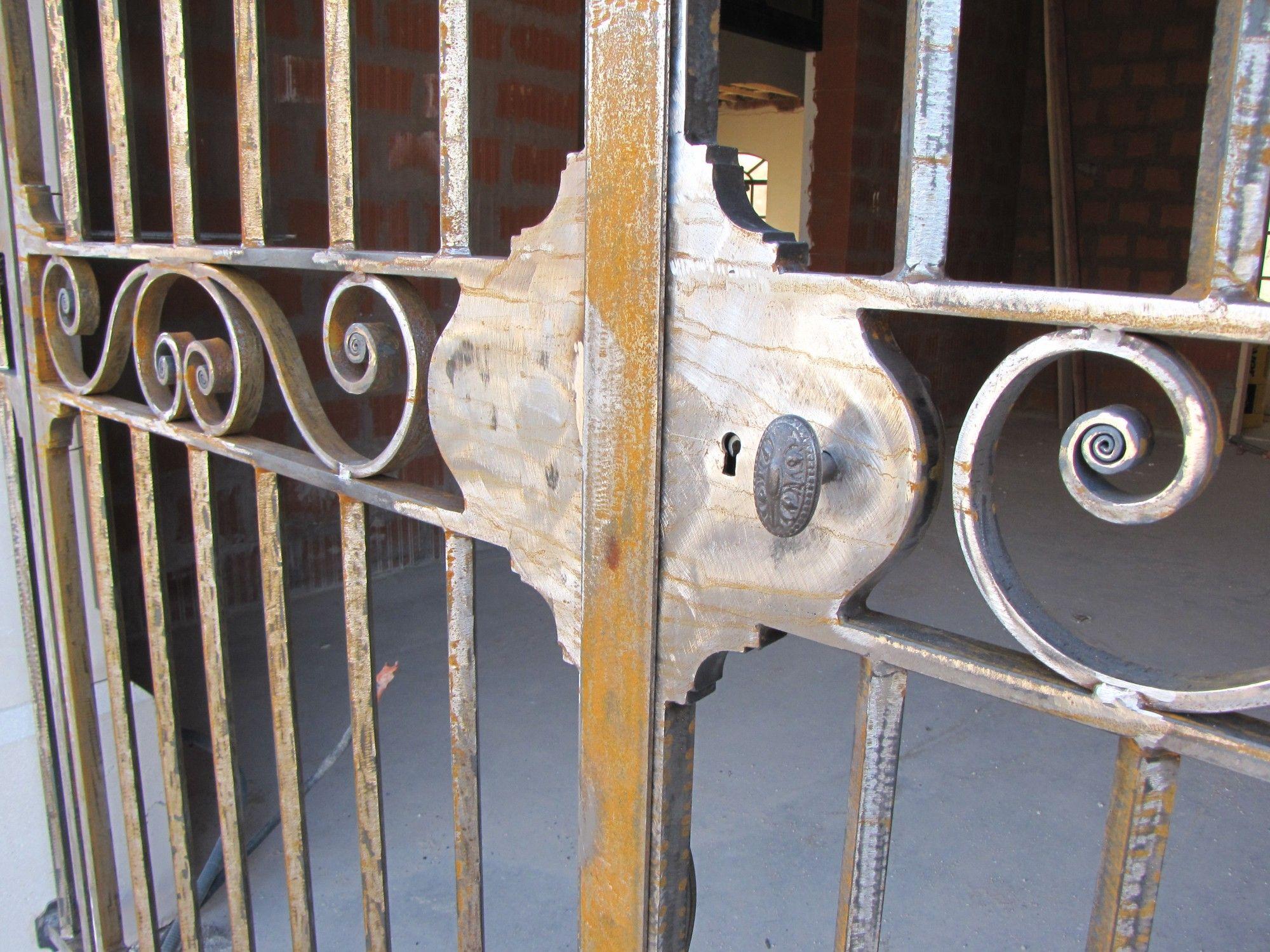 cette grille  été réalisée pour l entrée du caveau du chateau de