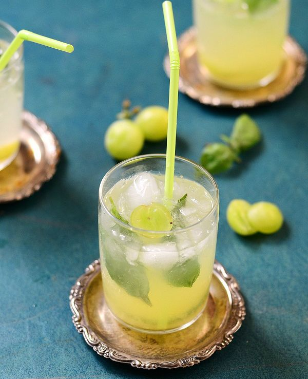 grape-crush:12 grapes  6 basil leaves  1 tbsp. honey  2 tbsp. lemon juice  2 tbsp. simple syrup  4 oz. vodka  2 cups soda water  Ice