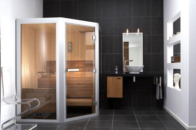 sauna-badezimmer-trapez-form-glaswand-schwarze-bad-fliesen - sauna im badezimmer