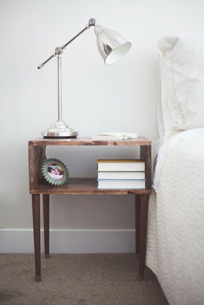 Weißes Bett Und Kreativer Nachttisch Selber Bauen   Lampe Darauf