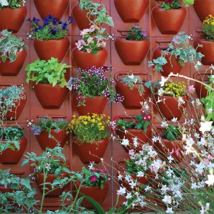 Pflanzenwand Bauen pflanzenwand selber bauen rote eingebaute blumentöpfe aus kunststoff