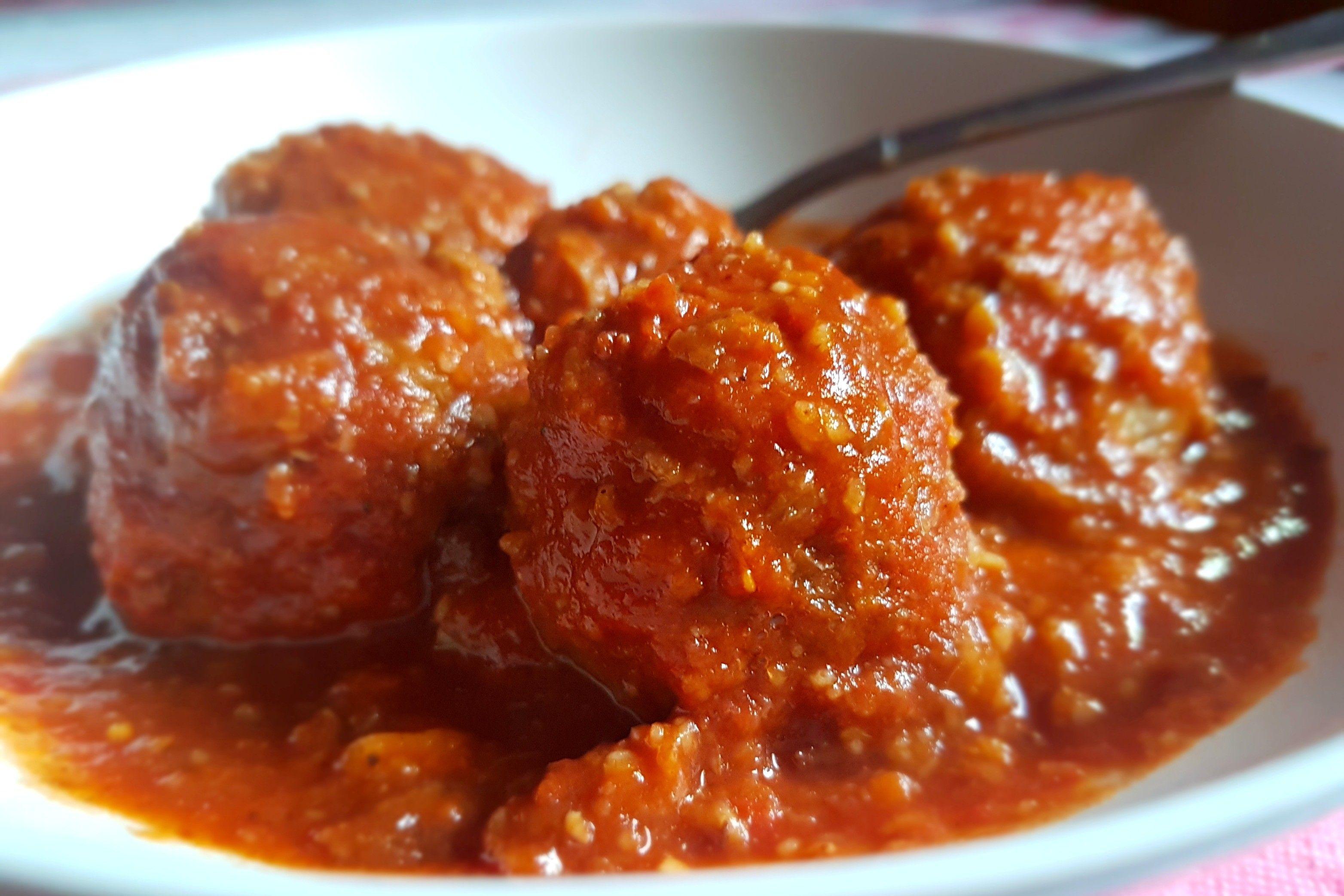 Le polpette di lenticchie con salsa al pomodoro sono un secondo piatto ideale per chi cerca