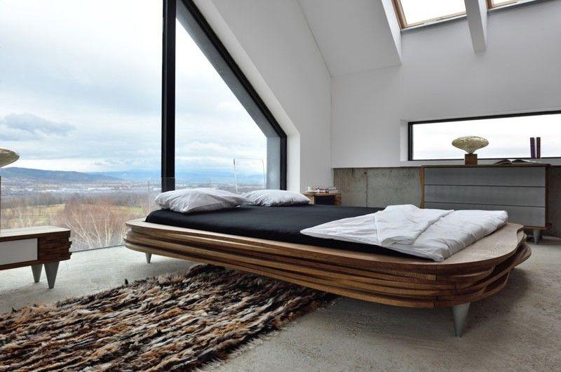Organique lit en bois moderne et sculptural par la marque polonaise