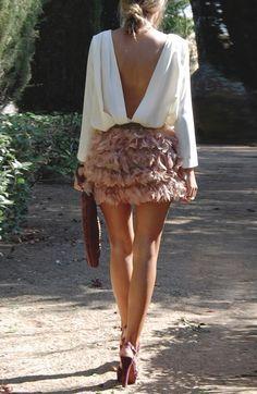 884d469cf7 Lookazo. Camisa con esplada en uve y falda de plumas color nute ...