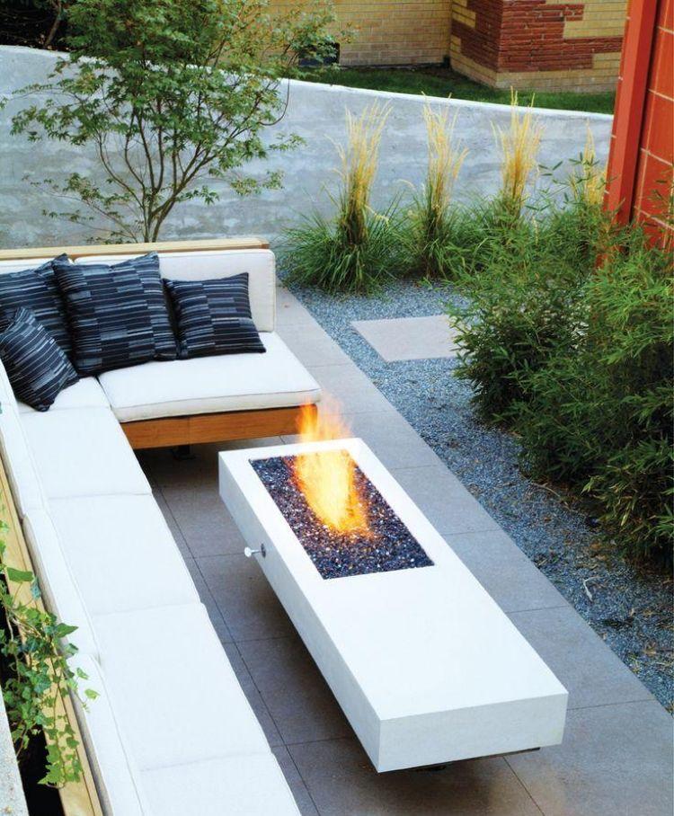 dekorative Feuerstelle und Sitzplatz mit passenden Proportionen
