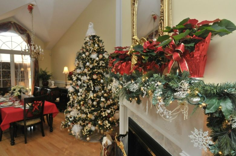 Amerikanische Weihnachtsdeko - Rot-grüne Deko und weißer