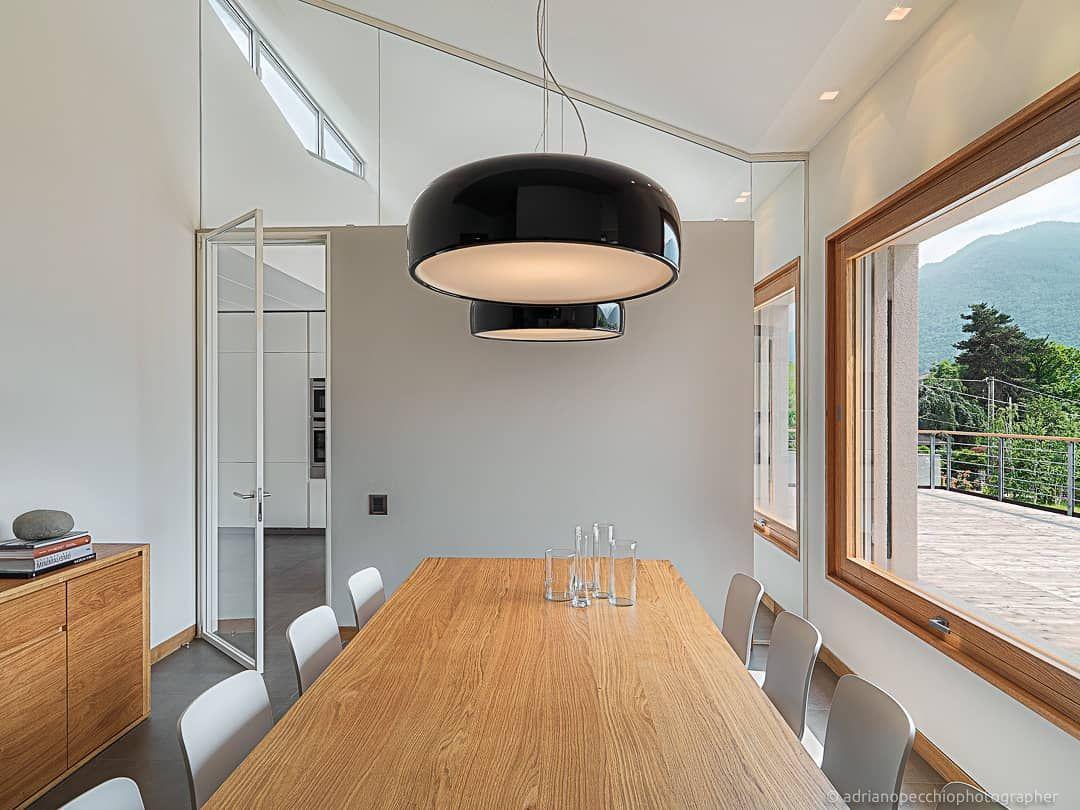 Moderna Sala Da Pranzo In Una Villa Di Nuova Edificazione In Primo Piano La Lampada A Sospensione Disegnata Da Jasper Morrison Progetto Home Decor Home Decor