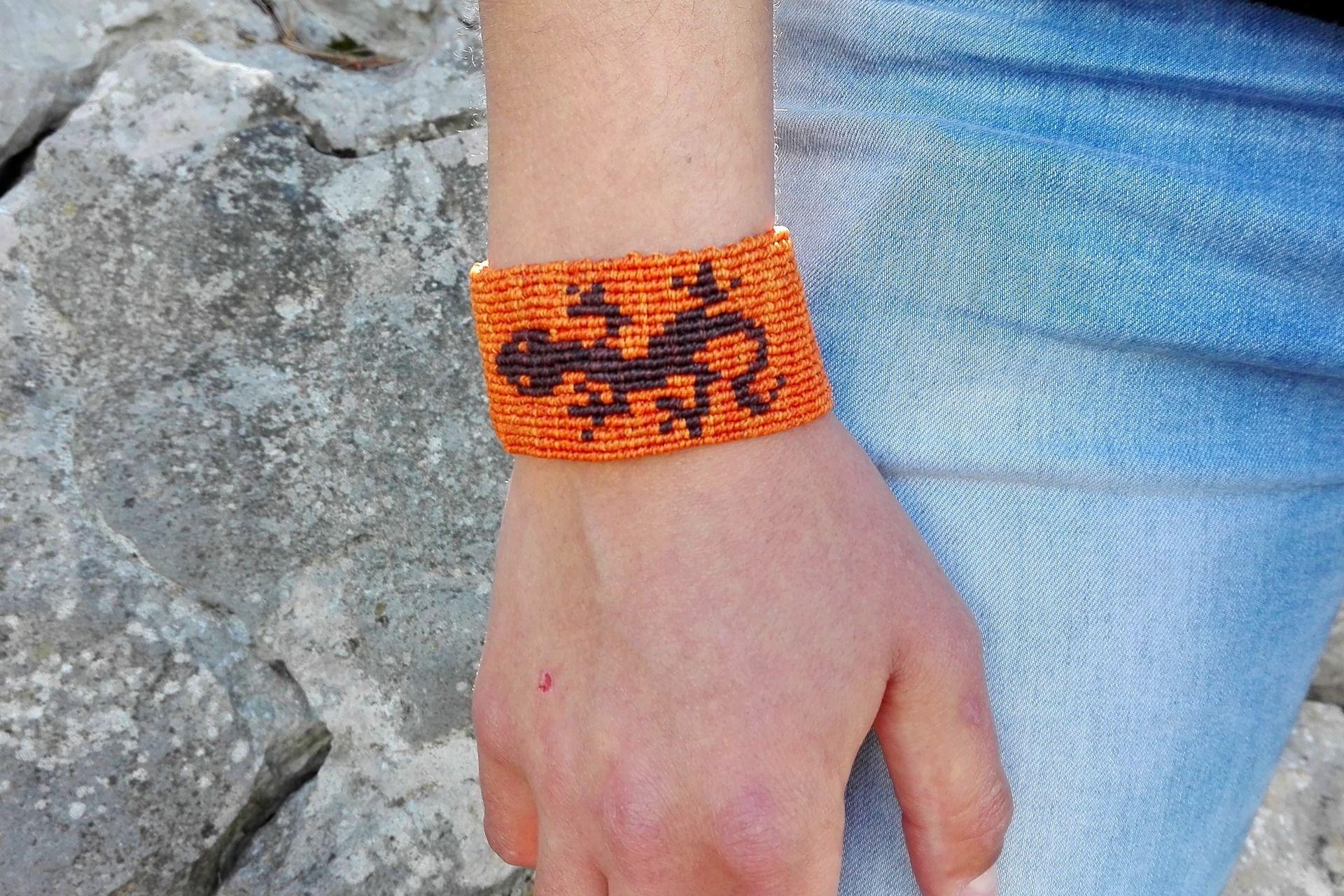 Bracelet macramé large motif salamandre orange et marron homme femme nature   Bracelet par stonanka