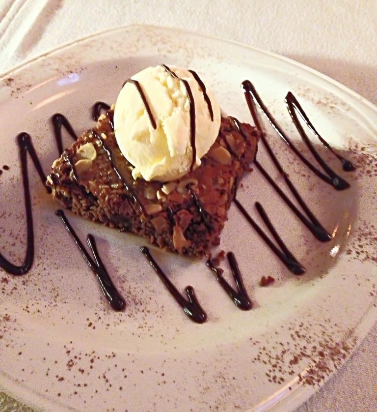 Brownie con bola de helado...el preferido de los niños grandes (Adultos)