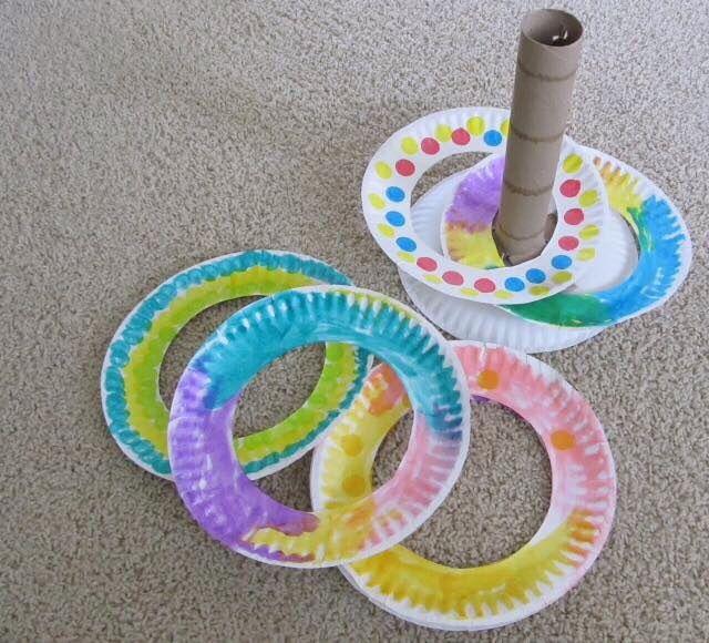 Dit is een zelfgemaakt spel dat bestaat uit een keukenrolletje (karton) en witte plastieken borden, waar de binnenkant is uitgeknipt. Als spel kan je de ringen eerst verstoppen en de kinderen dit laten zoeken. Daarna is het de bedoeling dat ze de ringen over de buis mikken. Kleinere peuters kunnen dit er gewoon over schuiven.