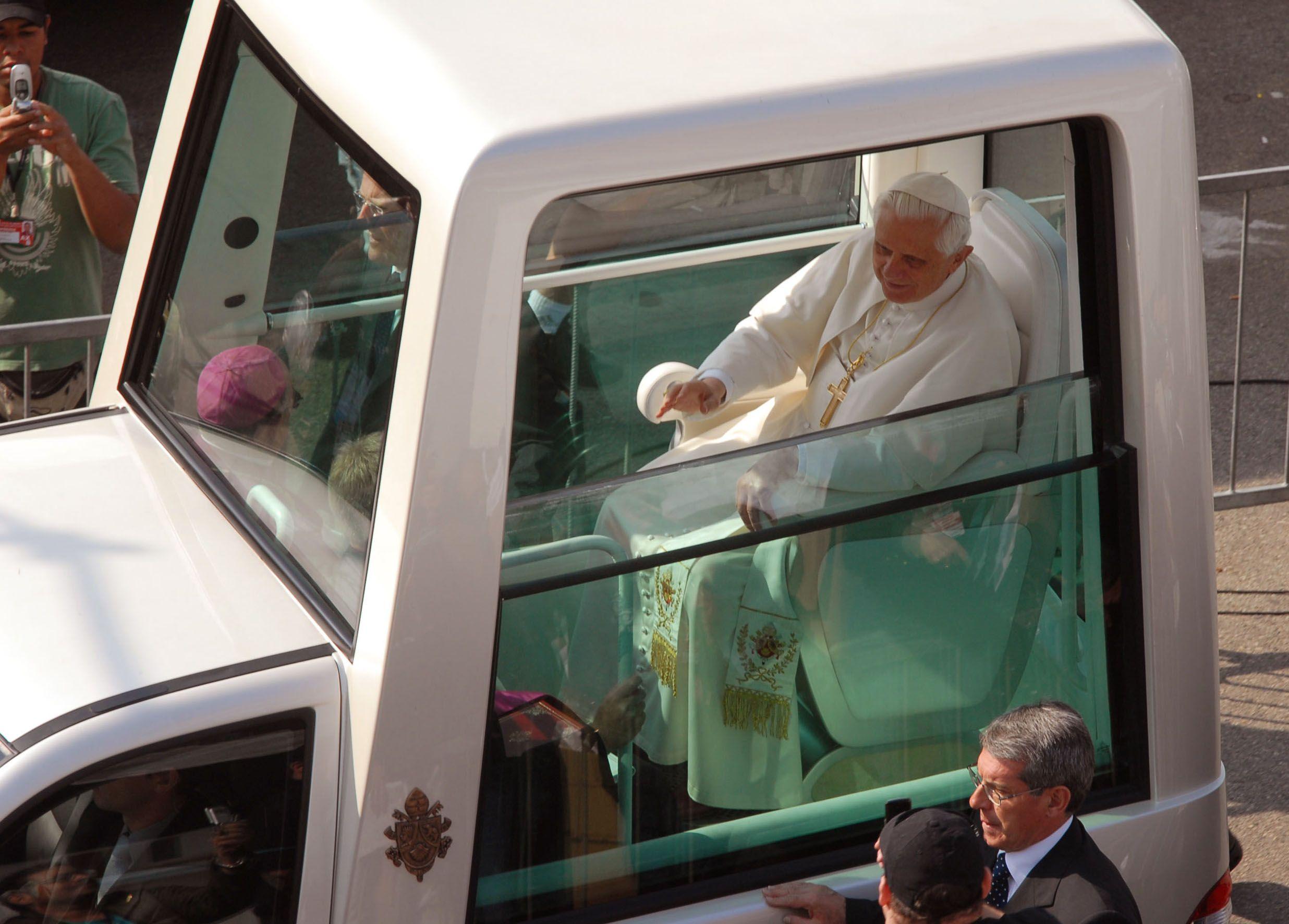 """Benedetto XVI in """"Papamobile"""" durante il viaggio apostolico"""