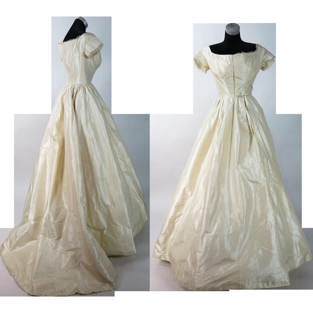 Antique Circa 1850 Victorian Cream Silk Ball Gown With Train Muslin Dress Victorian Clothing Historical Dresses [ 1005 x 1005 Pixel ]