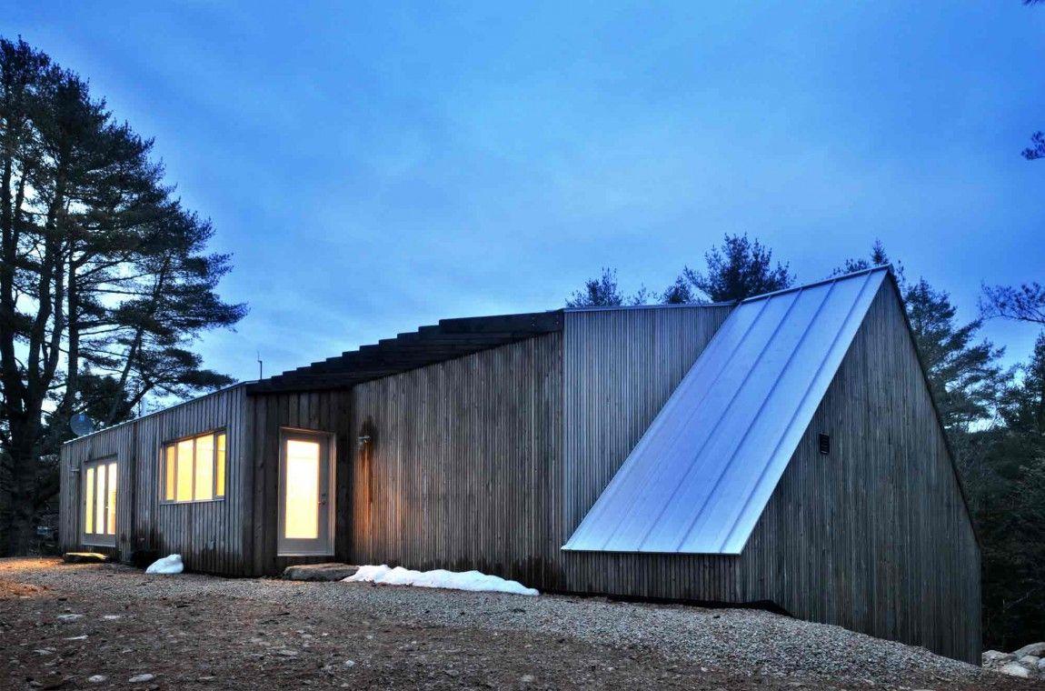 Ruhige Zuflucht: Haus in dichtem Wald erinnert an ein Berghütte mit ...