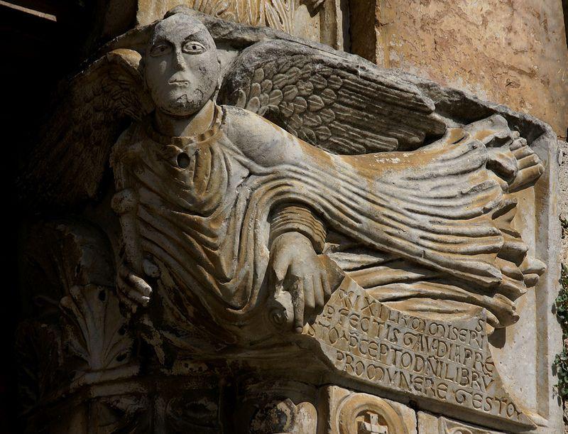 Bevagna, Piazza Filippo Silvestri, Chiesa di San Michele, fliegender Engel (St. Michael's Church, St. Michael, flying angel)
