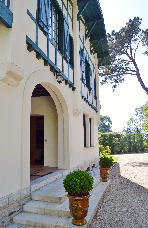 Maison Du Marquis A Biarritz Chambre D Hotes Cote Basque Architecture Neo Basque Pot D Anduze Biarritz Maison Maison D Hotes