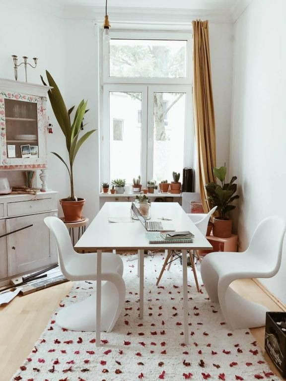 Helle Wohnküche mit weißem Esstisch und Stühlen. #Küche #Wohnküche ...