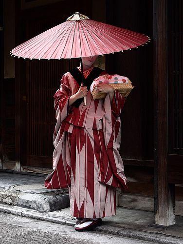 umbrella / travel / culture / traditional / japanese : maiko (geisha apprentice), kyoto japan  舞妓 孝ひな 日本・京都