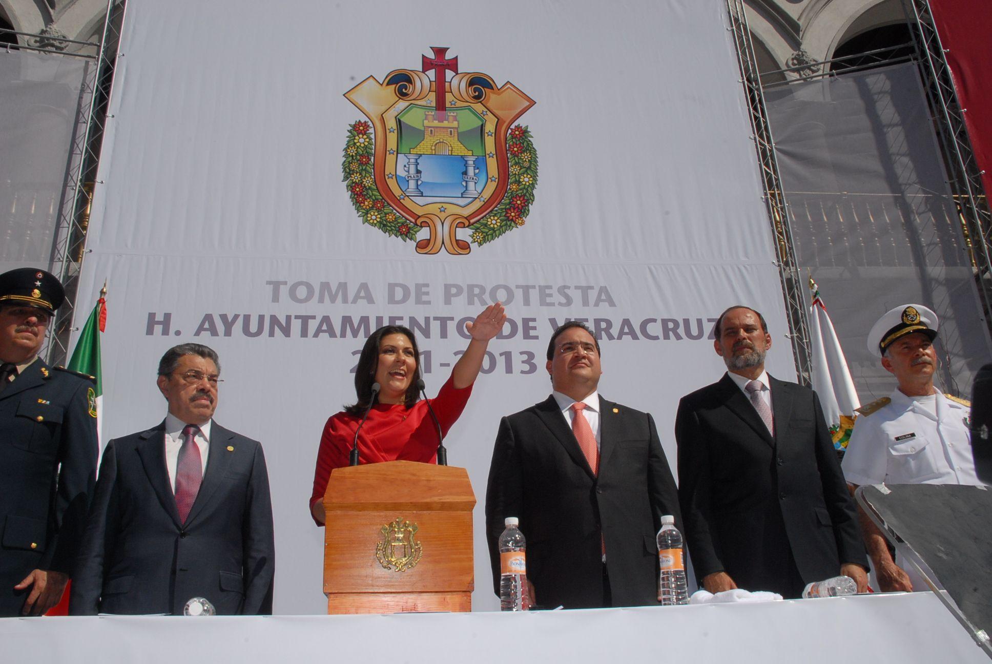El Gobernador de Veracruz, Javier Duarte de Ochoa, asistió a la Ceremonia de toma de protesta de ley de la Lic. Elizabeth Morales García como Presidenta Municipal de Xalapa, el 31 de diciembre de 2010, donde la felicitó y le dio la bienvenida a la nueva administración frente al inicio de una nueva etapa política