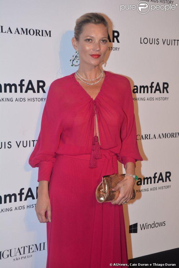 Kate Moss vai ao baile da amfAR, em São Paulo, com um vestido vermelho Saint Laurent