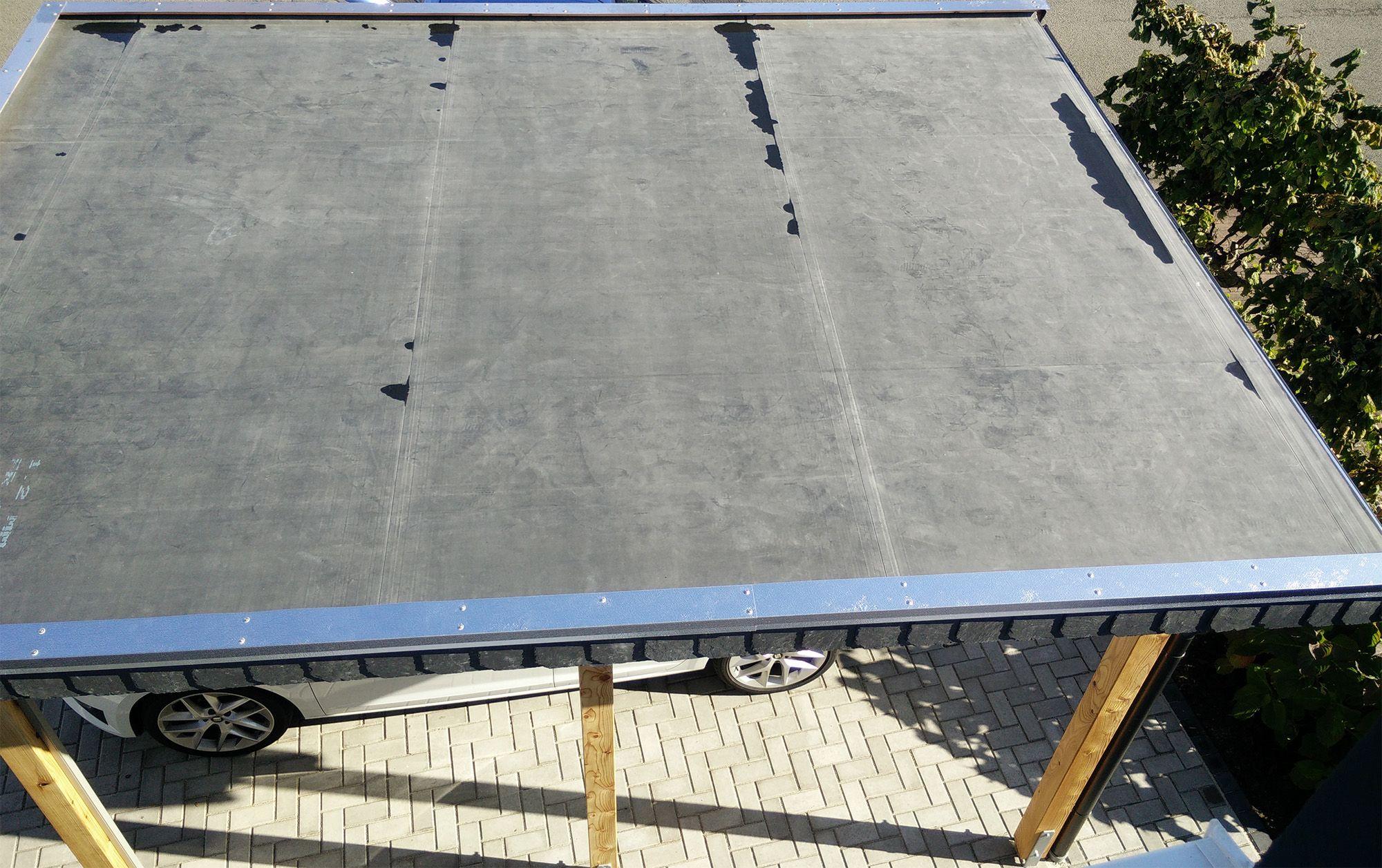 Detail EPDM Folie Carport in Lärche mit Holzdach in Fichte