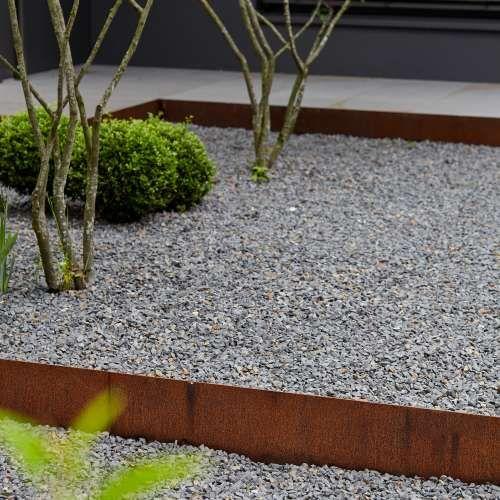 Geradlinige Gartengestaltung mit großen Platten aus Naturstein und - feuerstelle garten naturstein