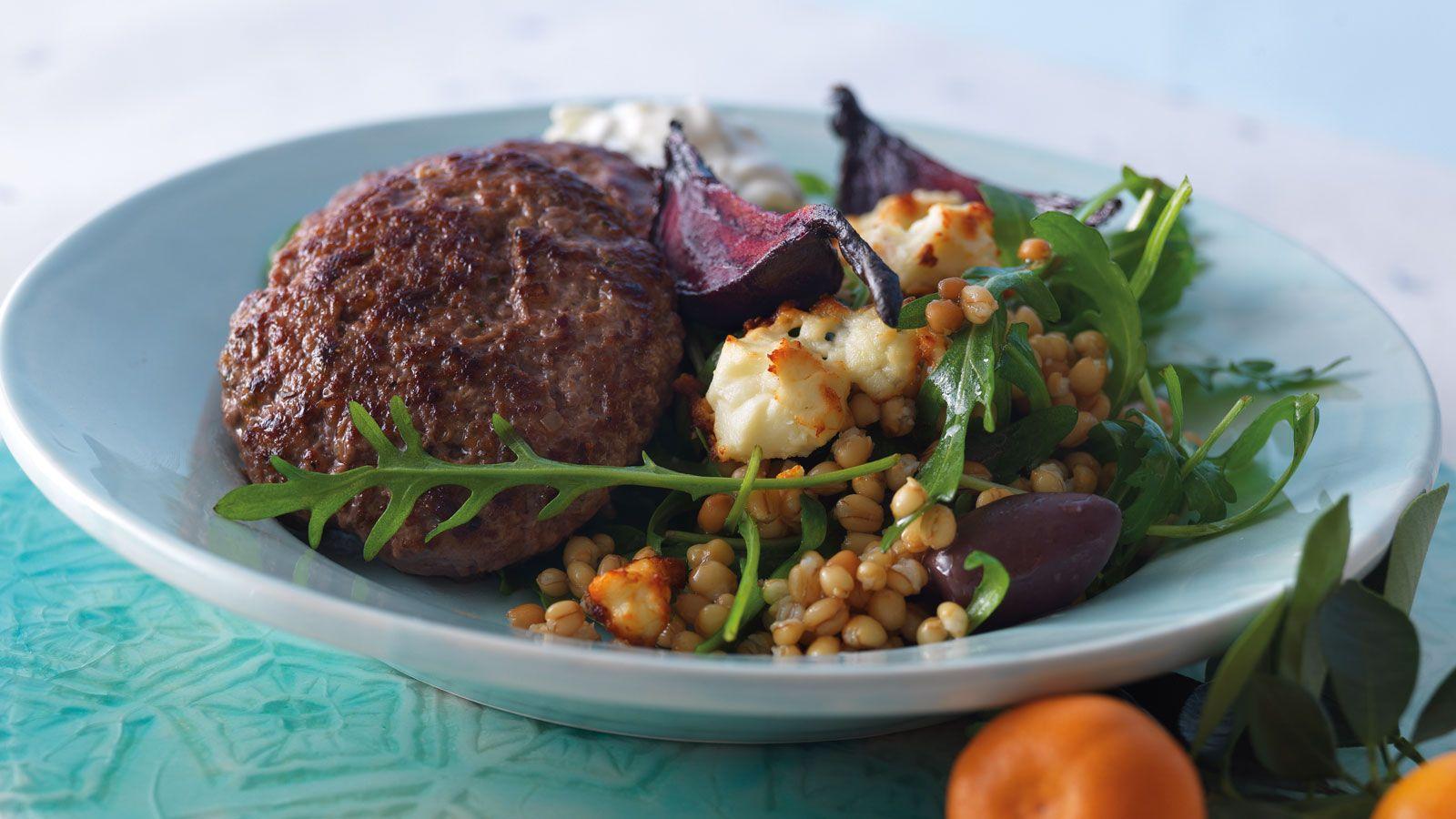 Bifteki, vehnänjyväsalaatti paahdettujen punajuurien ja minttutsatsikin kanssa