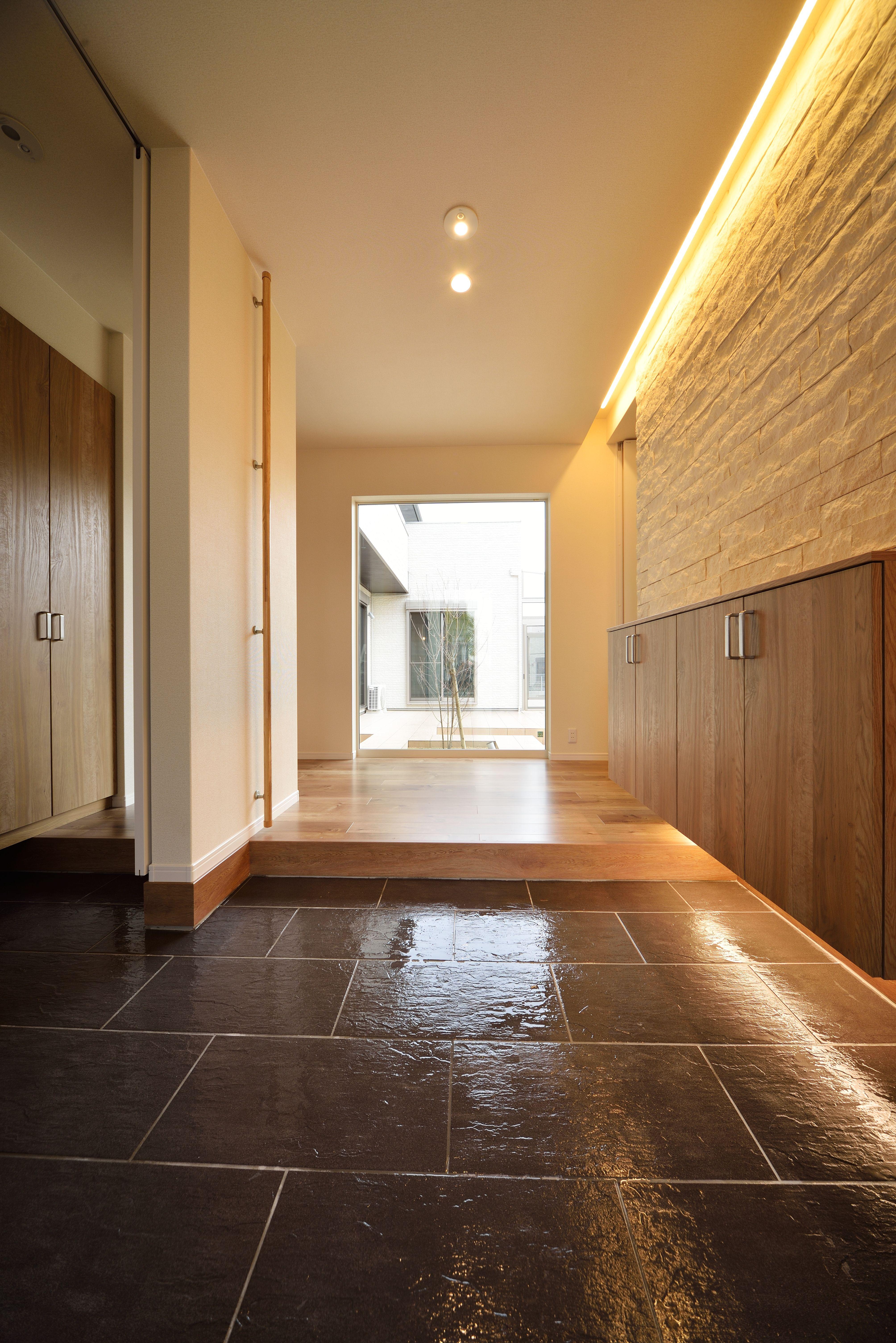 玄関 高級感ただよう玄関は、お客様をお迎えする大切な場所。天井まで ...