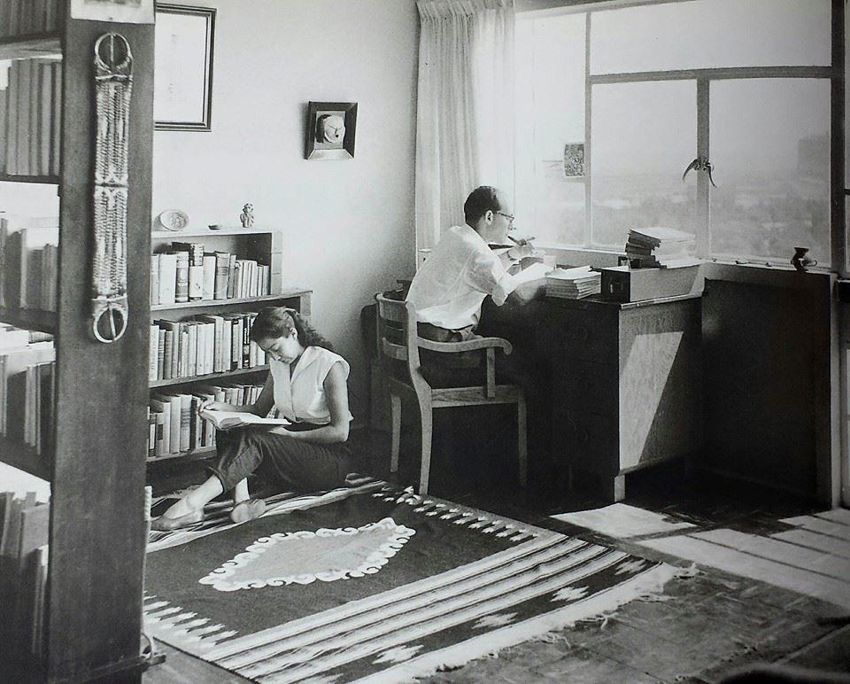 María Eugenia Vargas y Rodolfo Stavenhagen en uno de los departamentos del Multifamiliar para Maestros de Ciudad Universitaria, 1958 x Úrsula Bernathvia HCLB