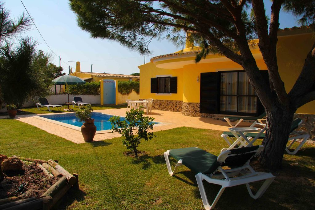 Charming villa with private garden & poolquiet area near