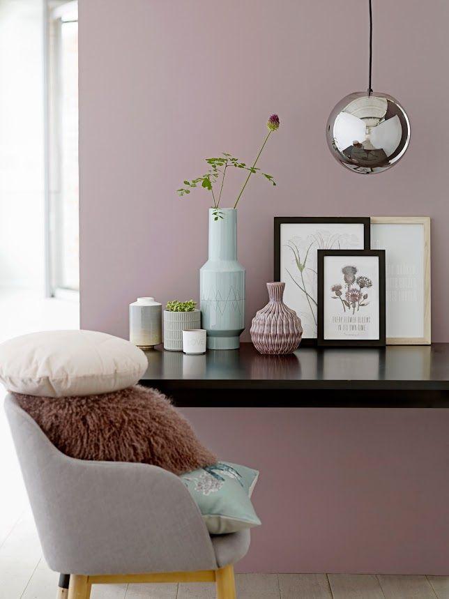Wandfarbe Tafel een stoel bij een tafel met kussen en vazen a lounge chair at a