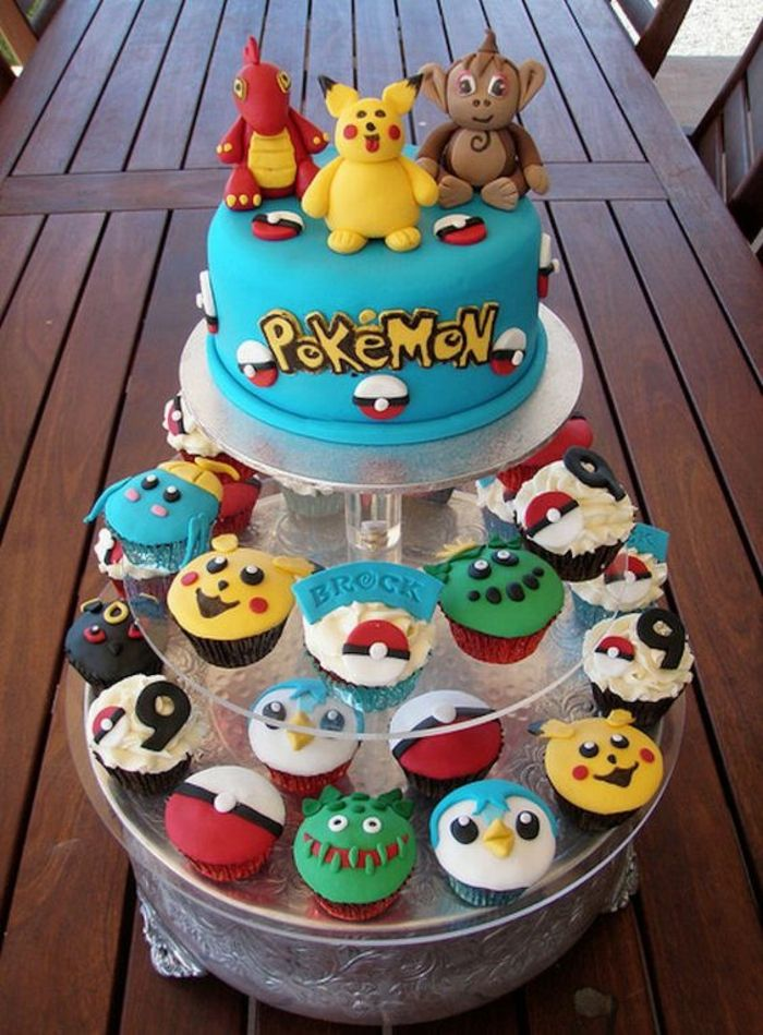 ausgefallene kleine pokemon kuchen mit verschiedenen pokemon wesen und eine blaue pokemon torte. Black Bedroom Furniture Sets. Home Design Ideas