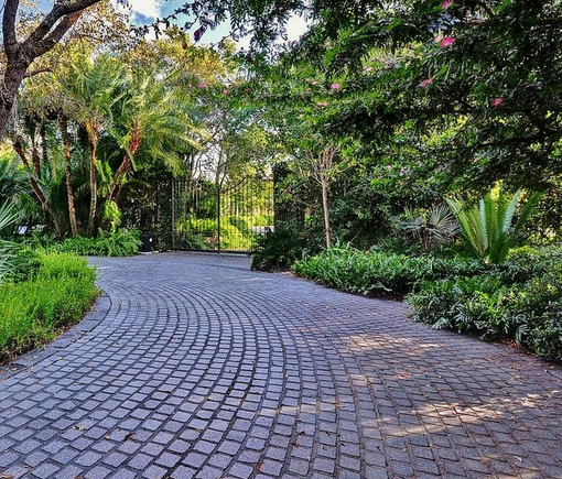 Cobblelock Driveway   The Traditional Driveway Is Made Of Granite Cubes Set In  Sand, Then