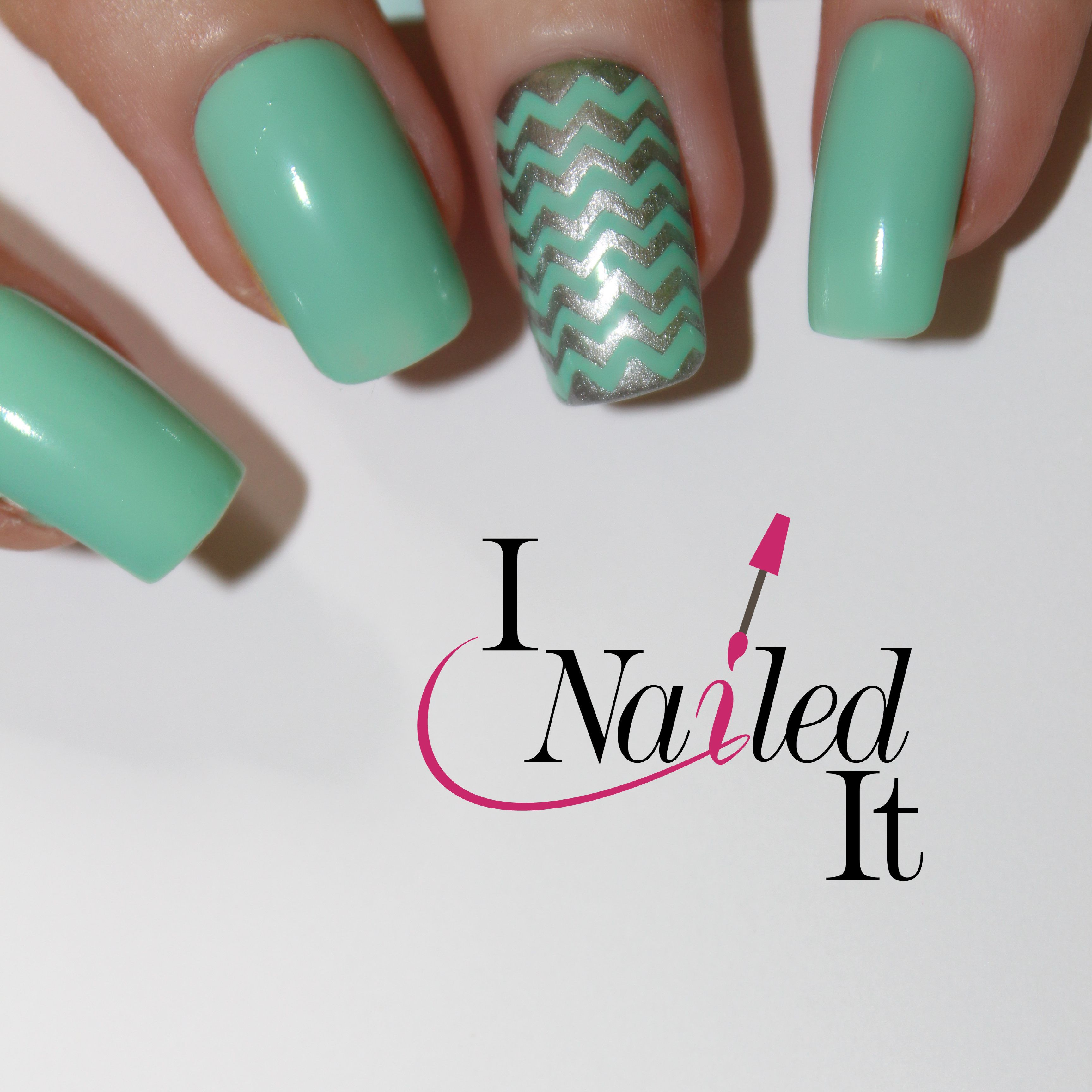 Get the perfect zigzag manicure with these small line vinyl's.