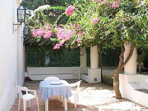 La Villetta Eoliana Sant?Agata di Militello Featuring a terrace, La Villetta Eoliana is a holiday home, set in Sant?Agata di Militello. The property features views of the garden and is 47 km from Vulcano. Free private parking is available on site.