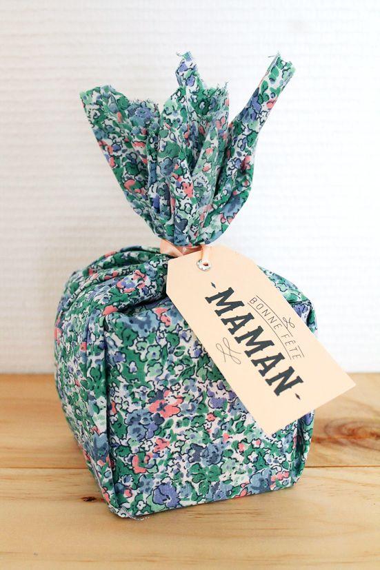 emballage cadeau avec un bout de tissu etiquette bonne f te maman tissu liberty. Black Bedroom Furniture Sets. Home Design Ideas