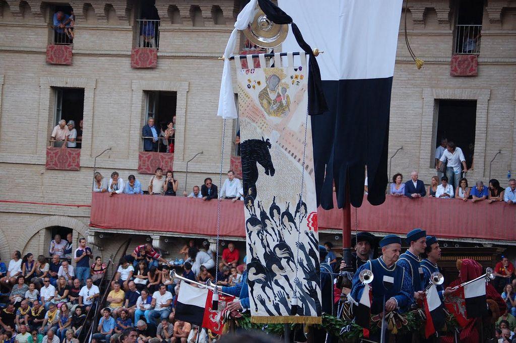 Corteo storico del Palio dell'Assunta 2008: lo splendido Palio dipinto da Mario Ceroli. Foto tratta dal sito http://palio.be/