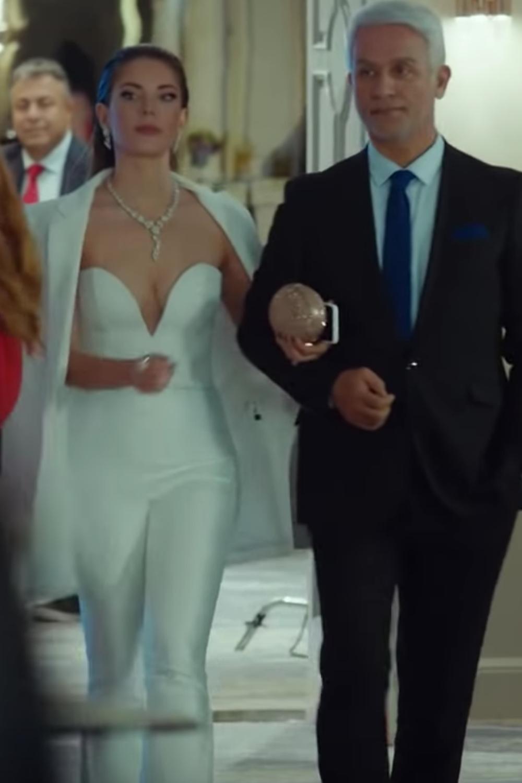 Yasak Elma Fashion Style Turkish Series Fashion And Style Fashion And Style In Movies Yildiz Argun Style Ender C Head Turning Dress Turkish Fashion Fashion