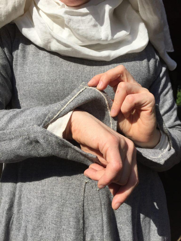 Herjolfsnes-haastemekko / Sleeve slit detail New gown for the Herjolfsnes challenge – Neulakko