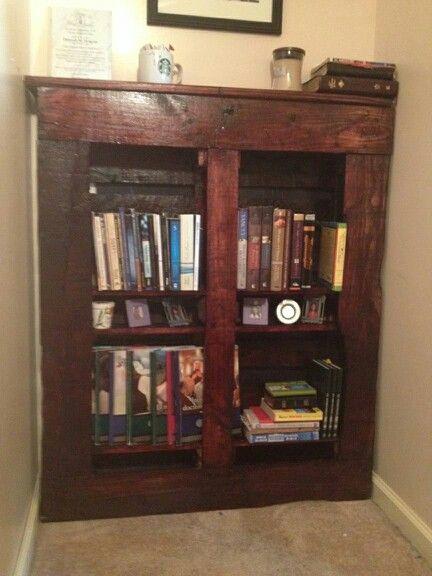Bookshelf DIY pallet project.