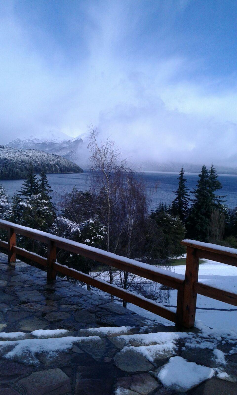 La nieve sobre el Lago Nahuel Huapi y las montañas, como la vimos desde el Tunquelén. #Bariloche