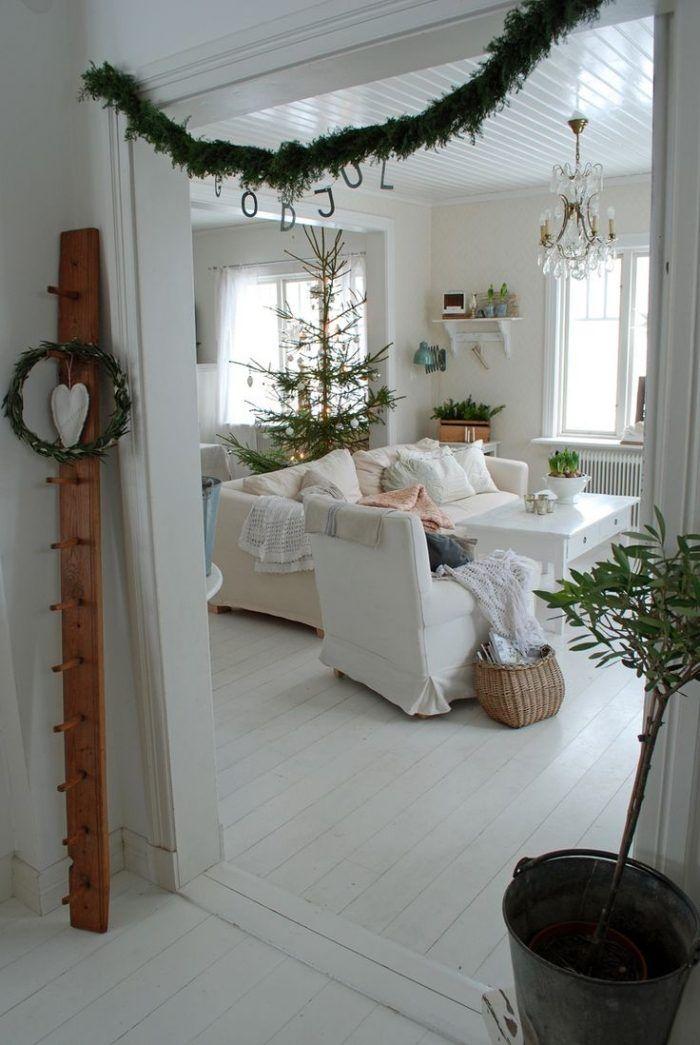 weiße Bezüge für die Wohnzimmermöbel und grüne Girlanden - wohnzimmer deko weihnachten