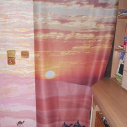 Ein Vorhang verdeckt eine Abstellkammer. Als besonderes Highlight wurde die Wand links vom Vorhang bemalt, und zwar wurde das Motiv vom Foto-Vorhang fortgeführt. Sehr kreativ.