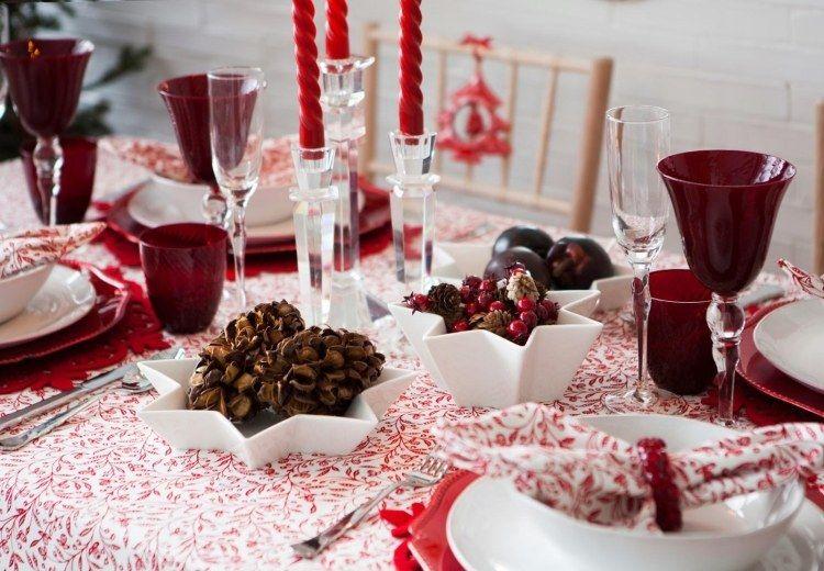 Déco · verres rouges et accents en blanc et rouge sur la table pour Noël
