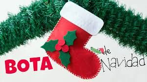Los calcetines de navidad son un elemento perfecto de la decoración navideña, pudiendo comprarlos o hacerlos en casa a través de las manualidades.