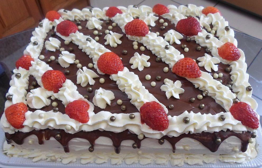 Torta de chocolate com morangos.