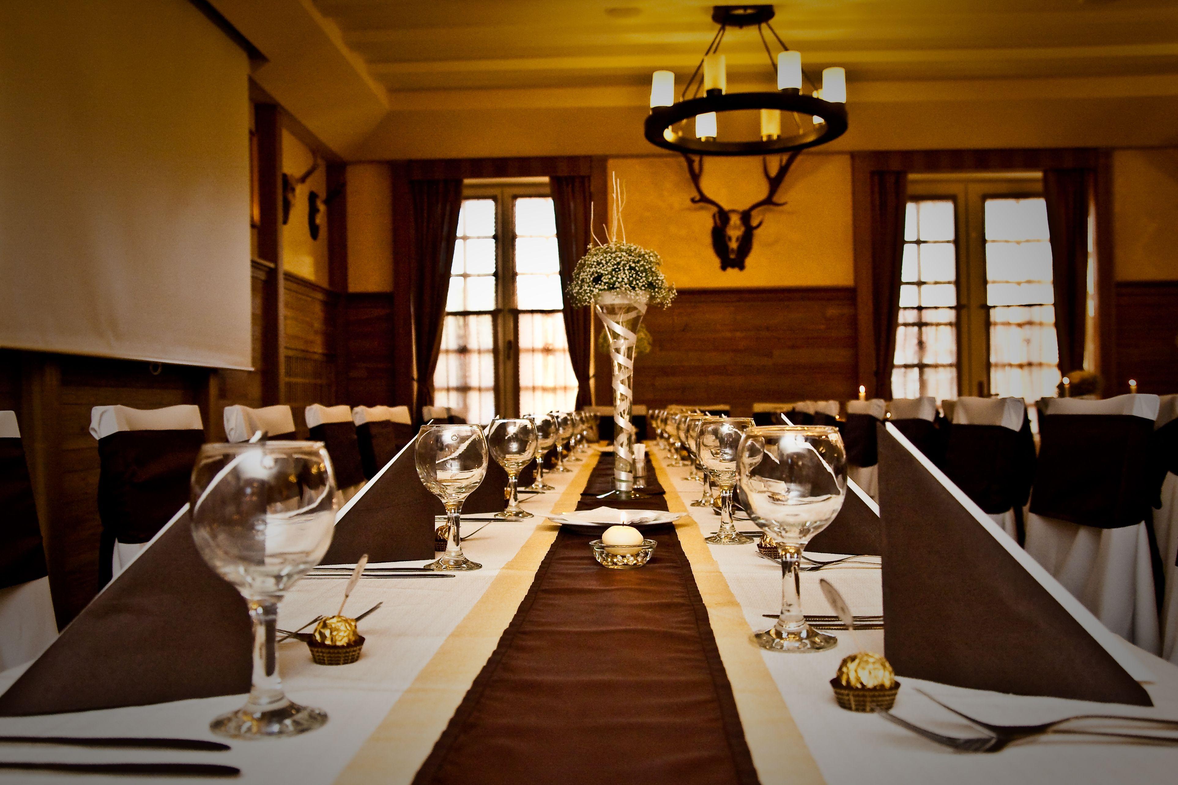 ee5e72d327 Barna és arany esküvői dekoráció székszoknyával és asztali dísszel - Brown  and gold wedding decoration with